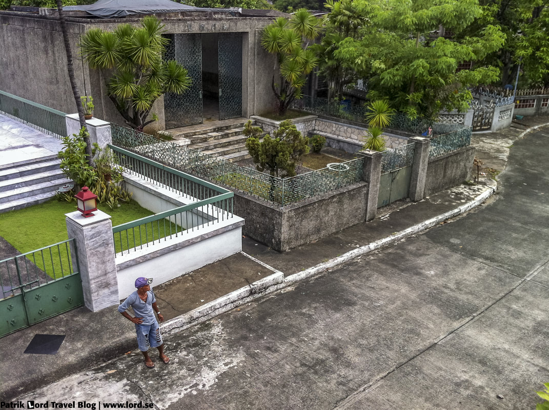 Chinese Cemetery, My guide is patiently waiting for me, Manila, Philippines © Patrik Lord Travel Blog